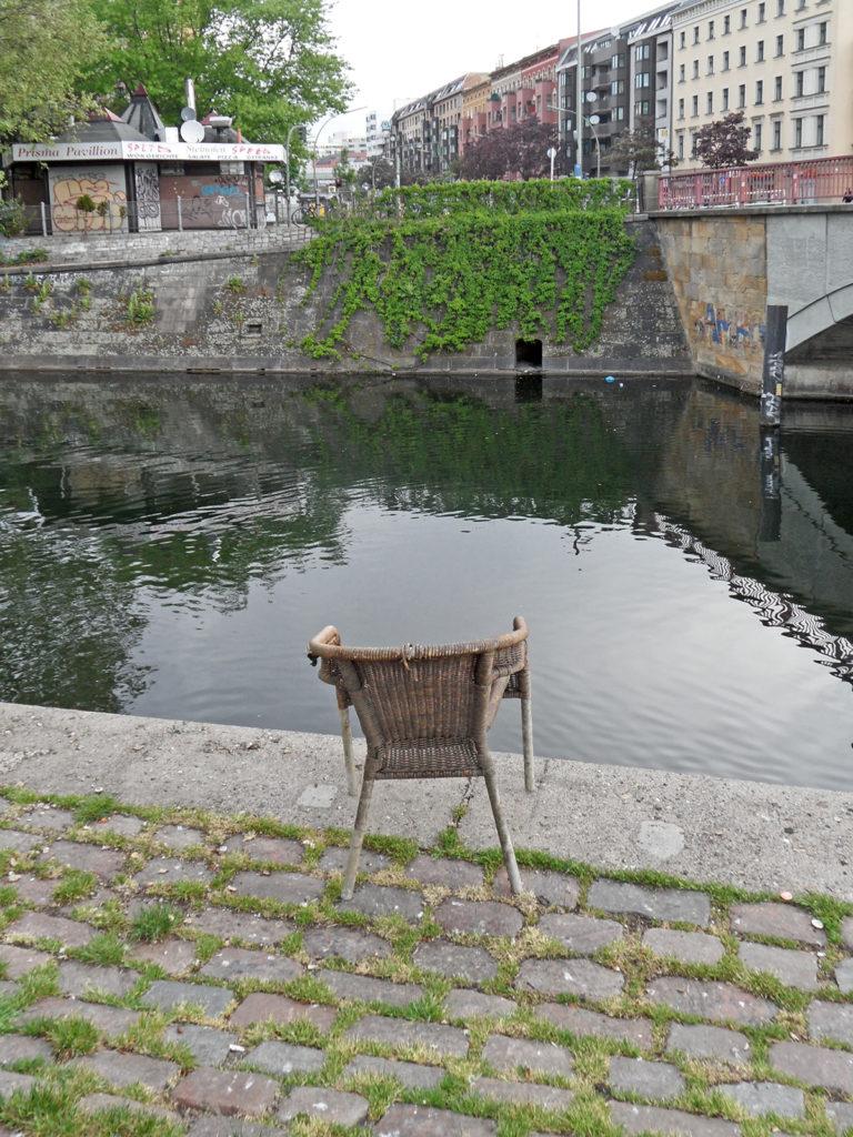 Korbstuhl am Landwehrkanal